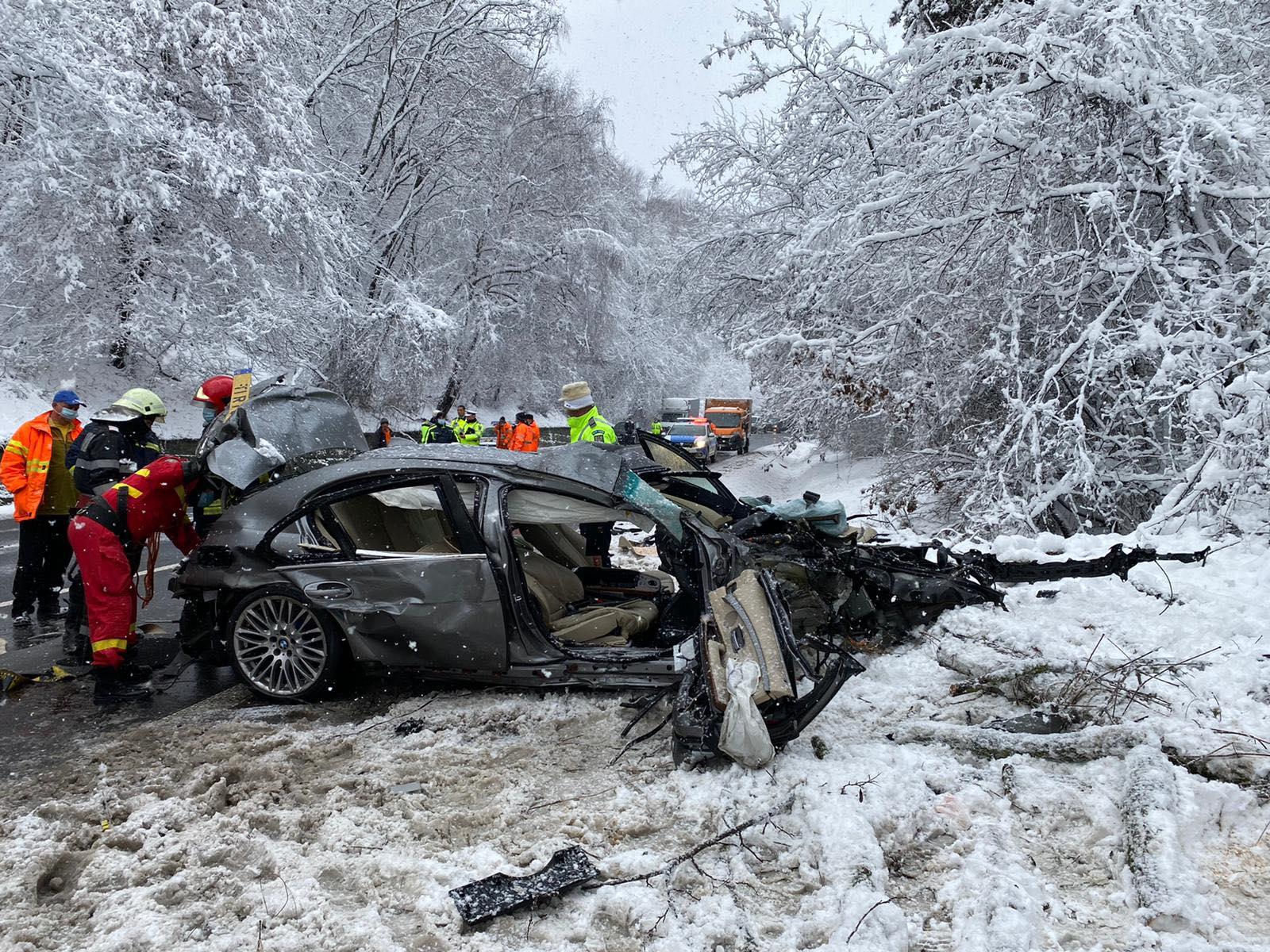 Trei oameni au murit, iar un al patrulea este resuscitat, după un impact violent între o mașină și un tir încărcat cu butelii de oxigen