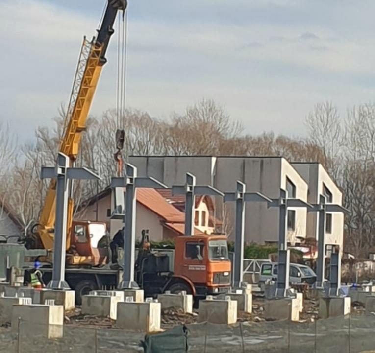 Târgoviște – Au început lucrările de montare a tribunei metalice a stadionului
