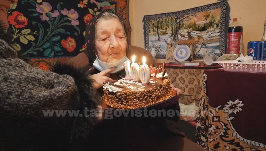 O femeie din Titu-Târg a împlinit 100 de ani și citește fără ochelari. Care este secretul longevității sale