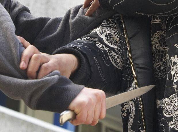Colindători atacaţi cu cuţitul pe stradă, în Mătăsaru
