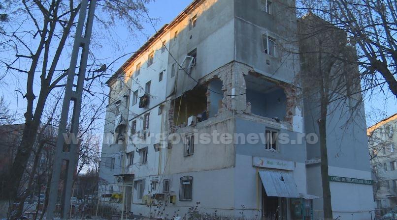 Primarul oraşului Găeşti, Grigore Gheorghe, alături de oamenii afectaţi de explozia din blocul 18