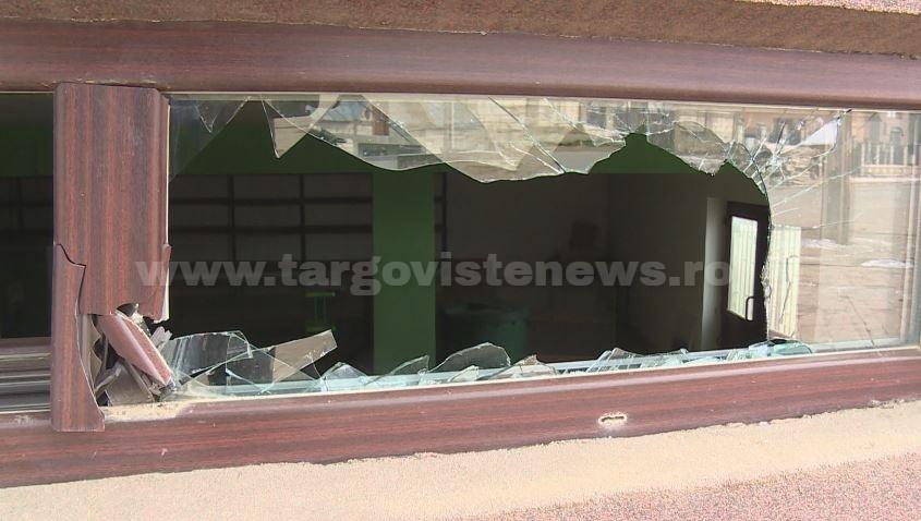 Într-un acces necontrolat de furie, un individ a făcut zob geamurile unui magazin din Băleni