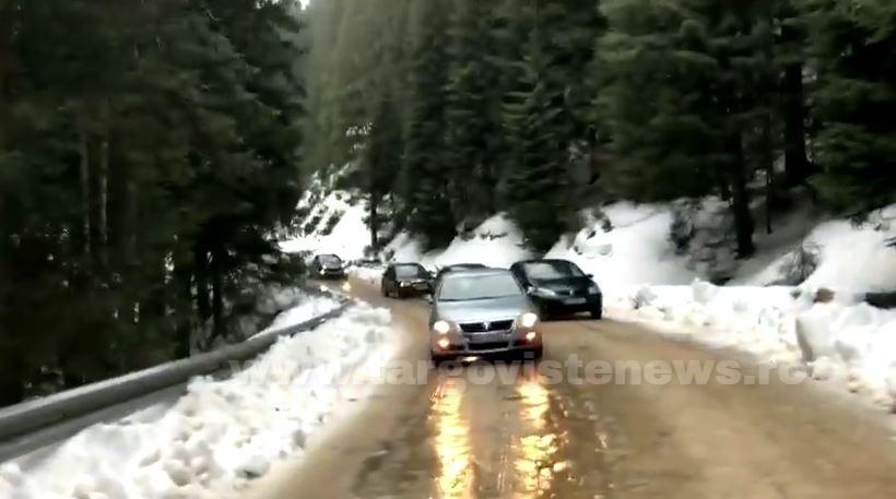 Maşini blocate pe drumul dintre Padina şi Moroeni. Autoturismele au patinat pe polei