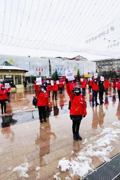 Sindicaliştii Sanitas au protestat în faţa Instituţiei Prefectului Dâmboviţa