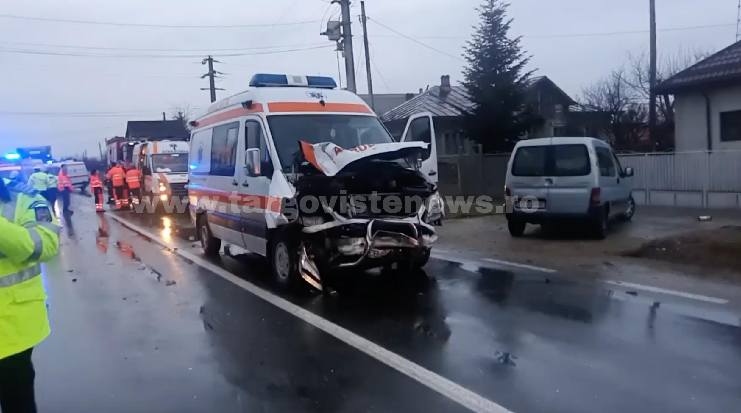 O ambulanță care se deplasa la accidentul de la Contești, avariată grav într-un accident, la Ulmi