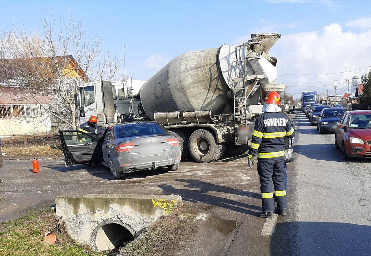 Impact violent, la Viişoara. O maşină a izbit o betonieră