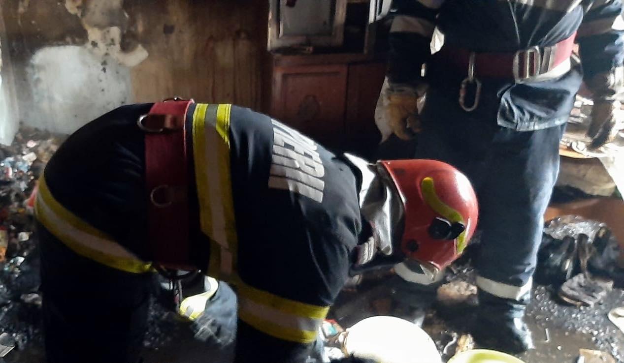 Reacţia ISU Dâmboviţa, la mai bine de 3 ore după incendiul din Cartierul CFR, în Târgovişte