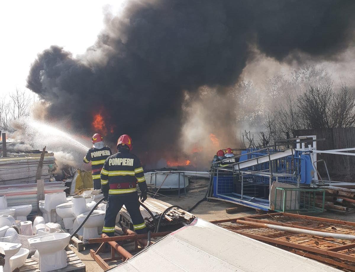 Un incendiu de vegetație a scăpat de sub control, la marginea orașului Târgoviște