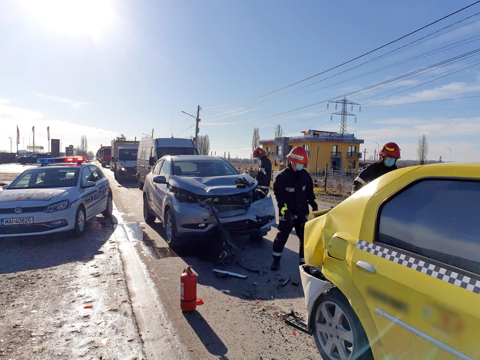 Trei oameni au fost răniţi şi patru maşini au fost avariate după un accident în lanţ produs la Viforâta