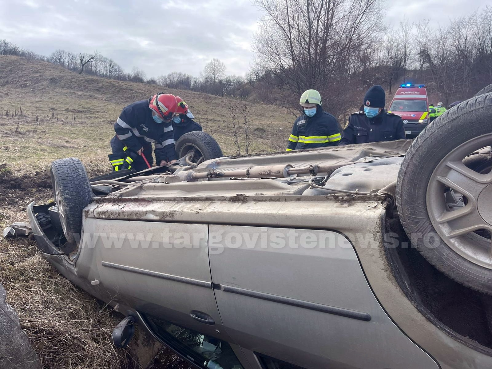 Un şofer începător s-a răsturnat cu maşina, la Ulmetu, în Vârfuri