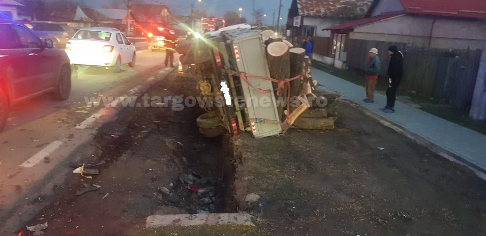 O maşină încărcată cu lemne s-a răsturnat la Ghergani, în Răcari