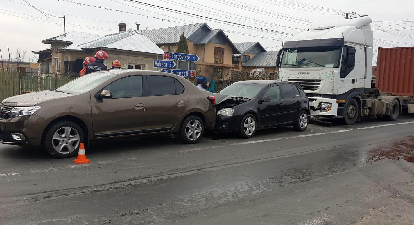 Un tir şi două maşini s-au izbit violent, pe DN 71, la Ulmi