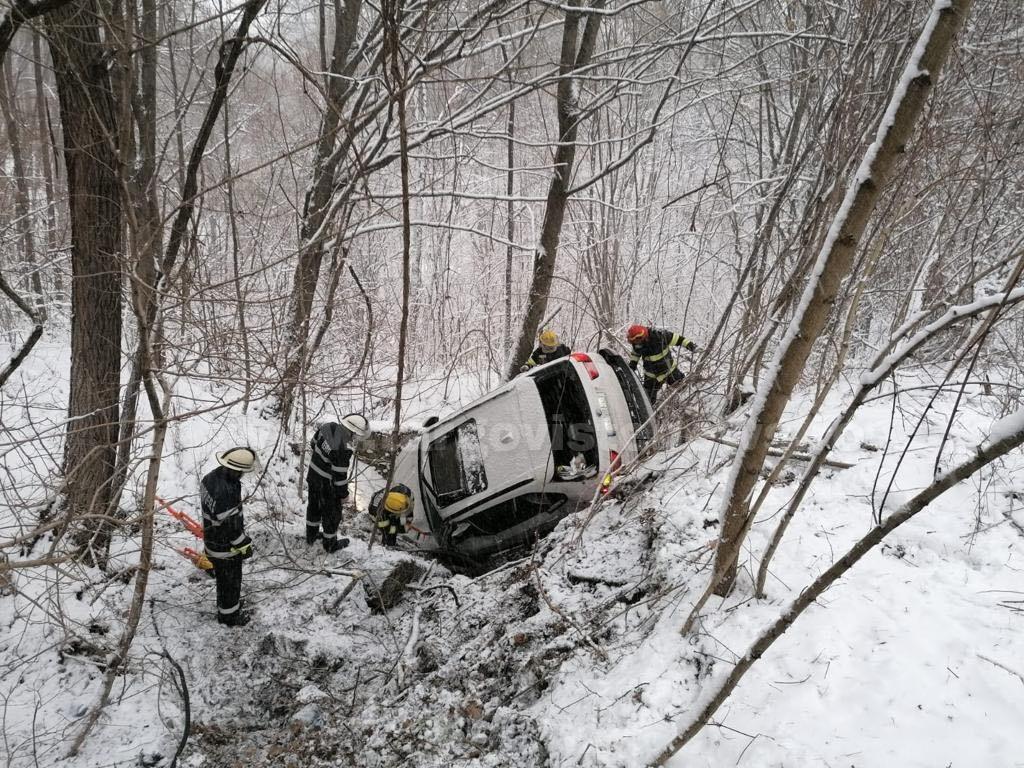 Un şofer s-a răsturnat cu maşina în pădurea de la ieşirea din Moreni