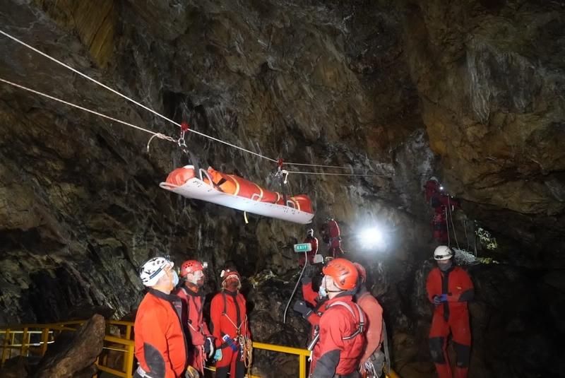 Exercițiu de salvare în Peștera Ialomiței. O tânără rănită, scoasă cu succes de la 500 de metri adâncime