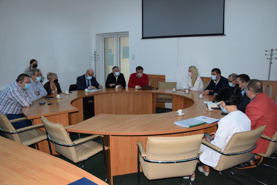 Managerii spitalelor și primarii orașelor din Dâmbovița, întâlnire pentru creșterea numărului de paturi cu oxigen