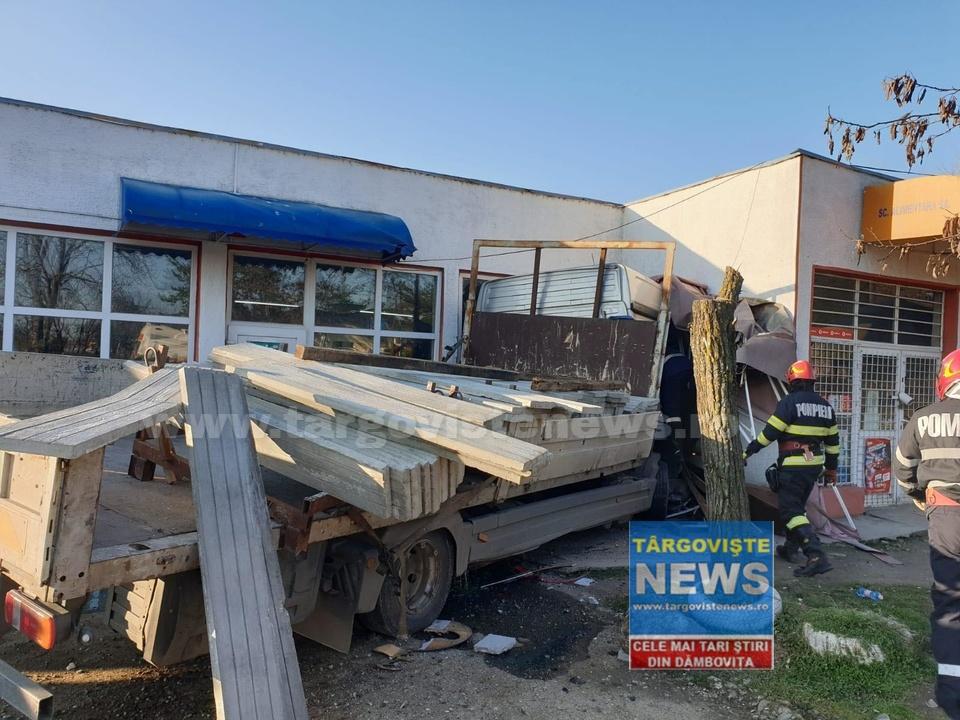 ACUM – Accident la Priseaca. Un camion a intrat într-o clădire
