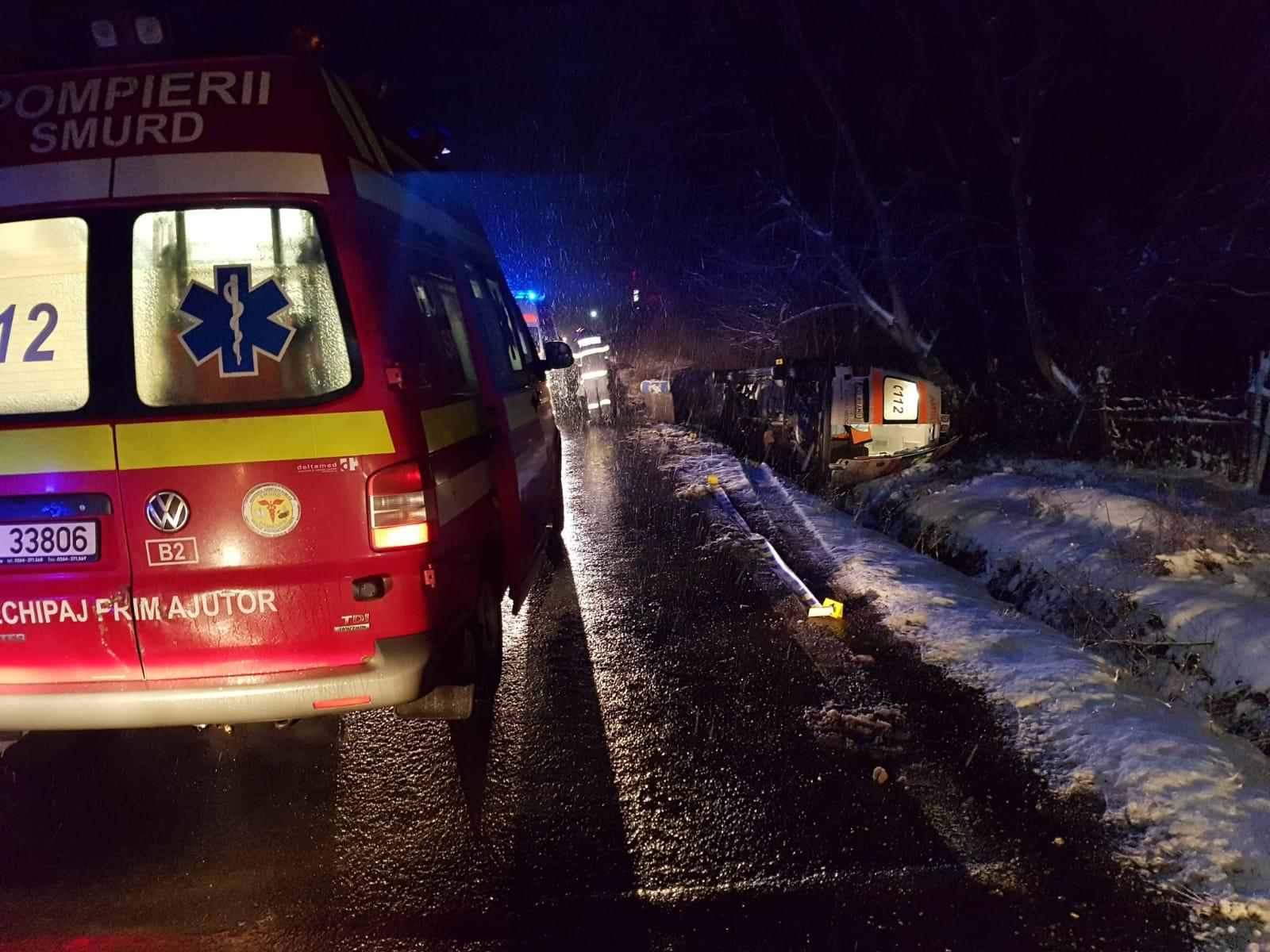 O gravidă și un asistent medical, RĂNIȚI după ce ambulanța aflată în misiune s-a răsturnat