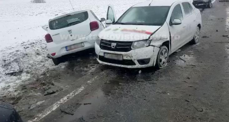 Carambol la Conţeşti. Un şofer ar fi făcut o depăşire neregulamentară şi a lovit două maşini