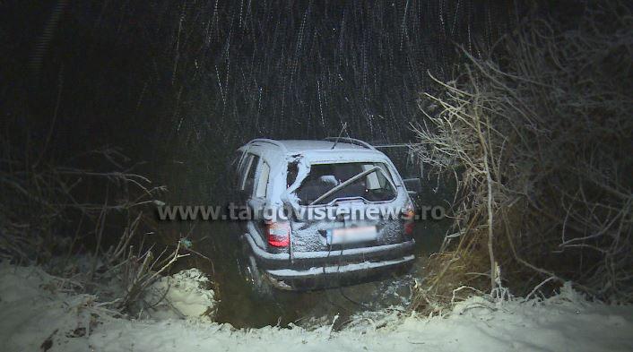 Un bărbat şi soţia sa şi-au văzut moartea cu ochii, după ce maşina în care se aflau a ajuns într-un râu şi a fost înghiţită de apă
