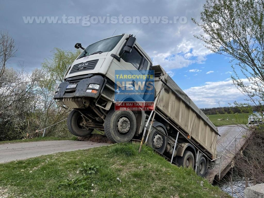 VIDEO: Un camion încărcat cu pietriș a rupt un pod și a rămas suspendat. Un martor a surprins momentul