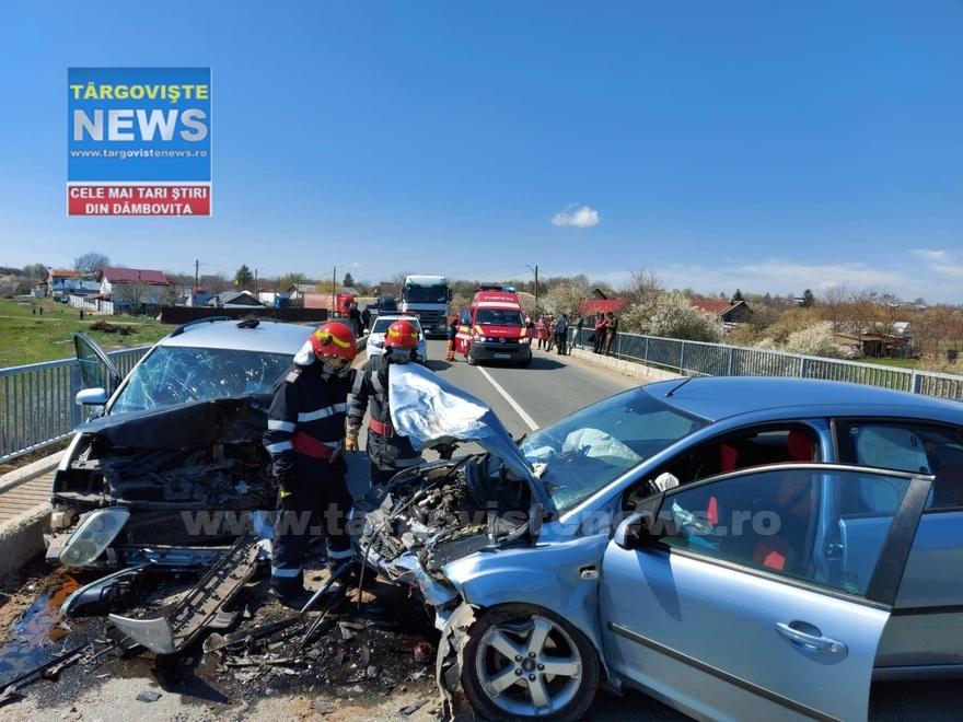 Patru oameni au fost răniţi după ce două maşini s-au izbit frontal