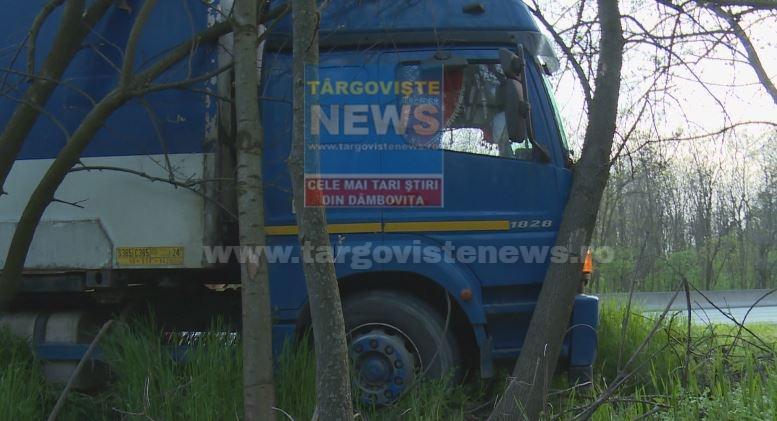 Accident pe DN7. Oboseala l-a făcut pe un șofer să piardă direcția să intre cu camionul în copacii de la marginea drumului