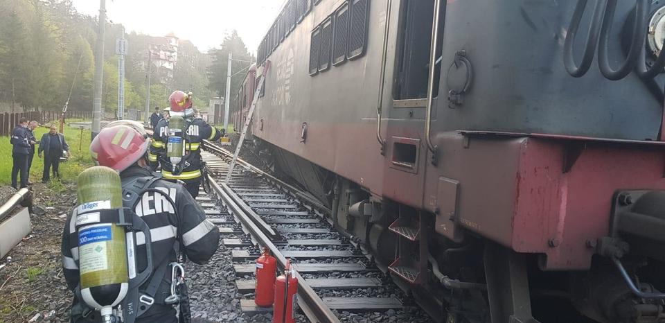 S-a dat alarma în gara din Sinaia, după ce o locomotivă a fost cuprinsă de un fum gros