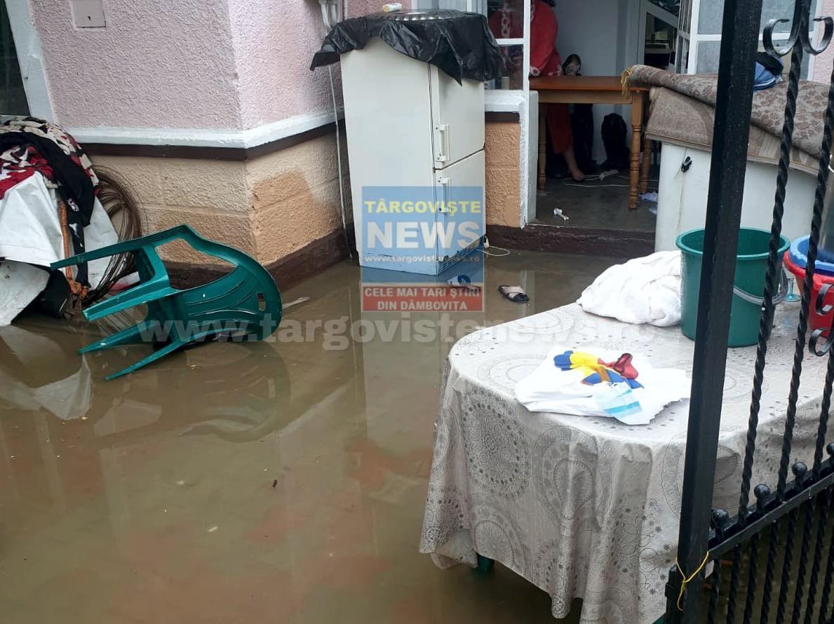 Inundaţii la Româneşti, în Potlogi. Apa a intrat într-o locuinţă