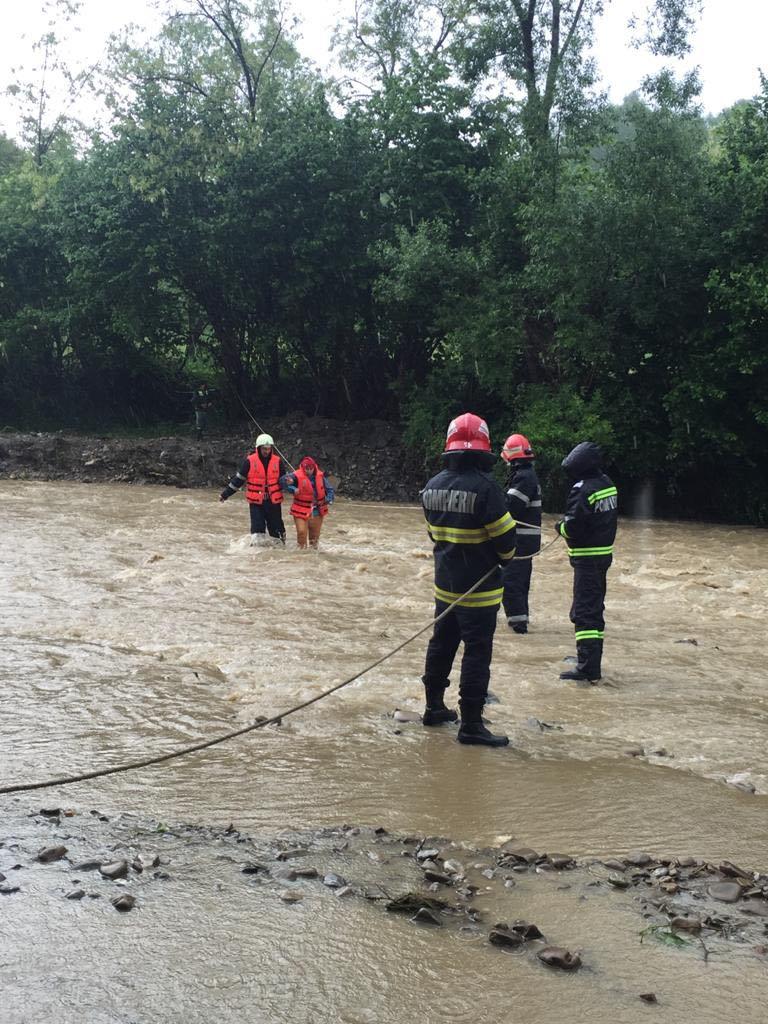 FOTO – VIDEO. Operațiune de salvare a două persoane surprinse de o viitură, la Miculești, Pucioasa