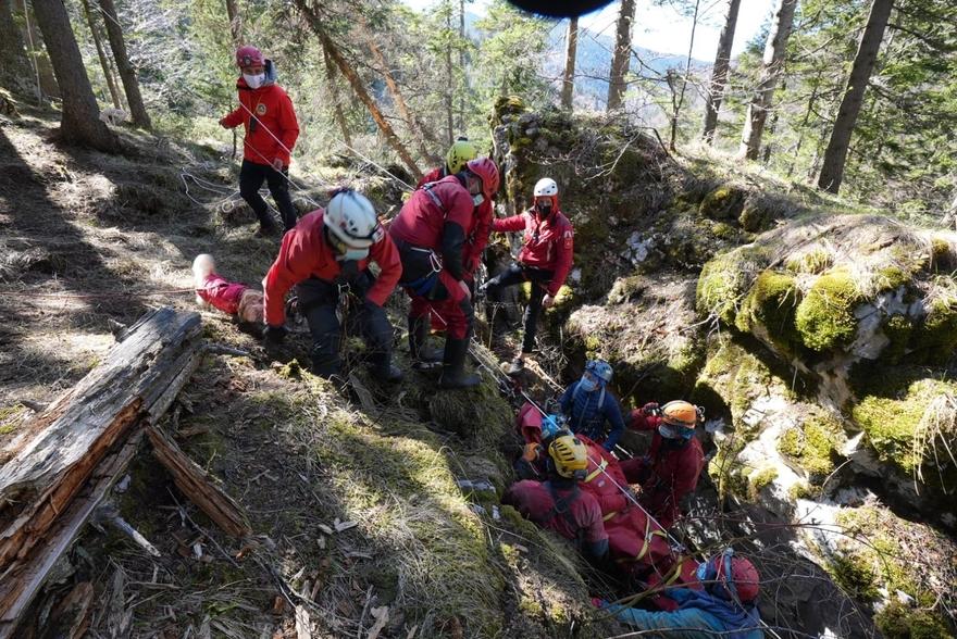 Salvamontiștii dâmbovițeni, exercițiu de salvare a unei persoane căzute la o adâncime de 70 de metri