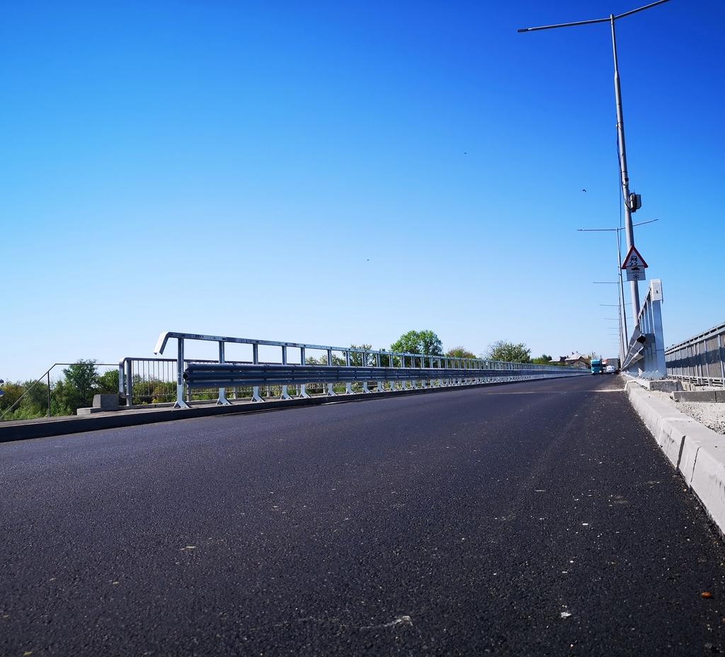 """""""A fost turnat ultimul strat de asfalt pe bulevardul Eroilor, dar și pe bretelele pasajului de la Aninoasa"""""""