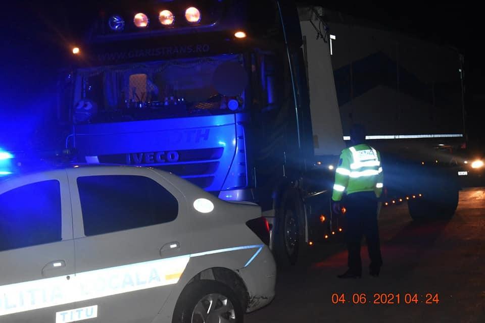Un tir plin cu gunoaie din afara județului Dâmbovița, prins în flagrant la Titu