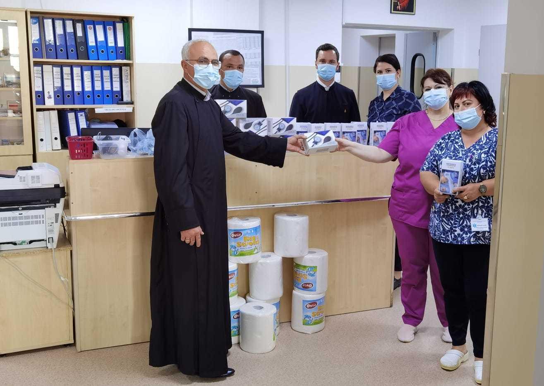 Credincioşii şi preoţii de pe Valea Dâmboviţei au donat spitalului judeţean termometre digitale, truse cu tensiometru şi stetoscop, dar și produse de igienă