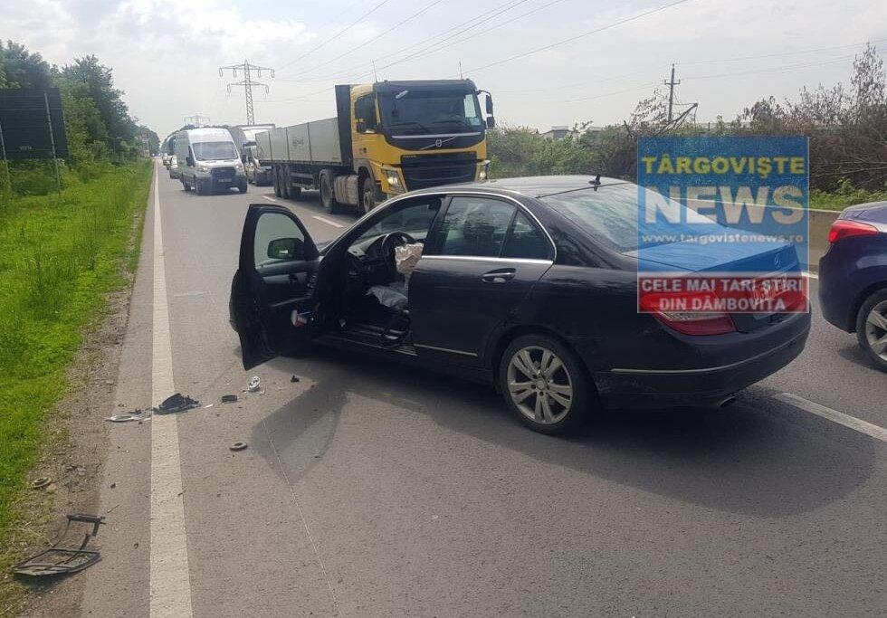 FOTO – VIDEO. Accident pe DN 7, la Tărtășești. Un șofer a intrat în plin într-o mașină parcată