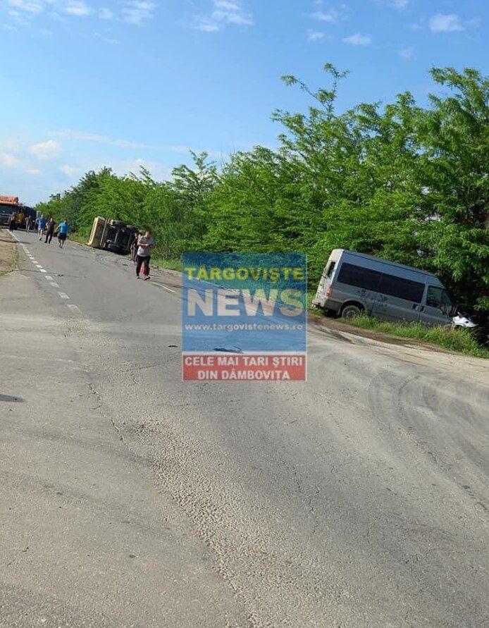 Trei oameni au fost răniți, la Bujoreanca, după ce un microbuz a intrat într-un camion și l-a răsturnat
