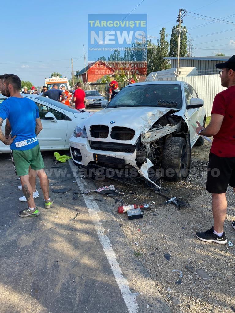 FOTO – VIDEO. Accident în lanţ la Aninoasa. O şoferiţă a fost rănită şi trei maşini, avariate