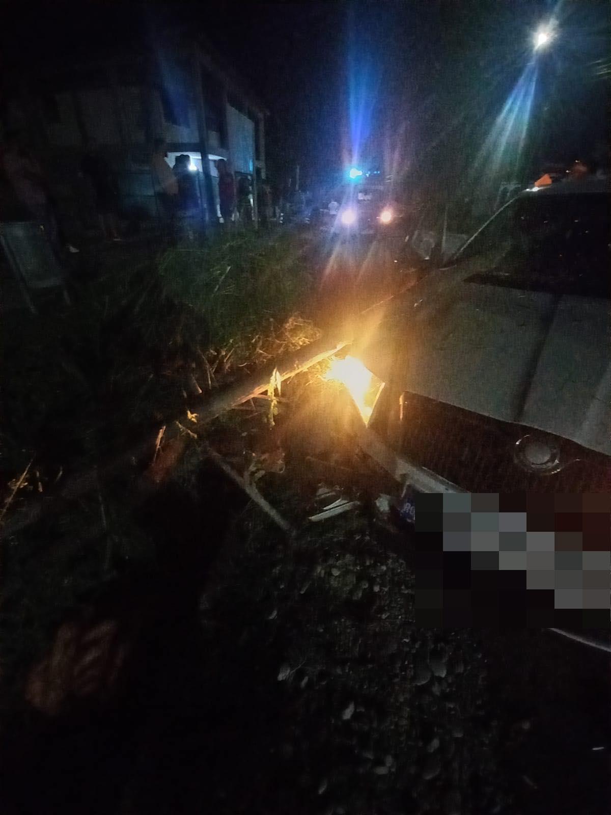 Accident, noaptea trecută, la Mănești. O mașină a intrat într-o căruță și a rupt un stâlp