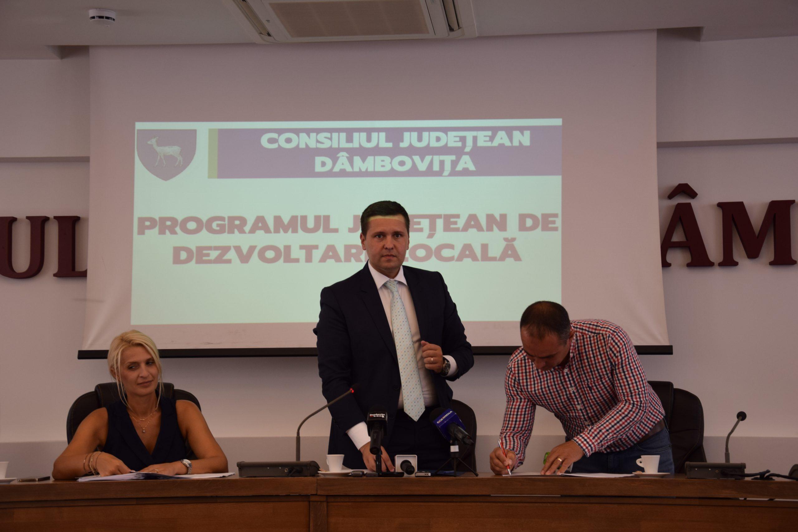 Prin intermediul PJDL, alte contracte de finanțare de lucrări au fost semnate astăzi de președintele CJD, Corneliu Ștefan, cu unități administrativ-teritoriale din județul Dâmbovița