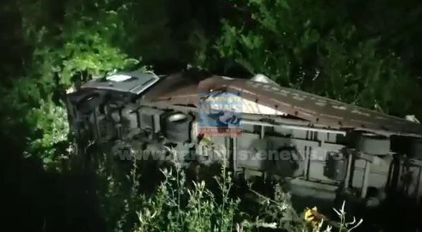 VIDEO – Un tir condus de un cetăţen turc s-a răsturnat, pe DN 7, la Cotmeana