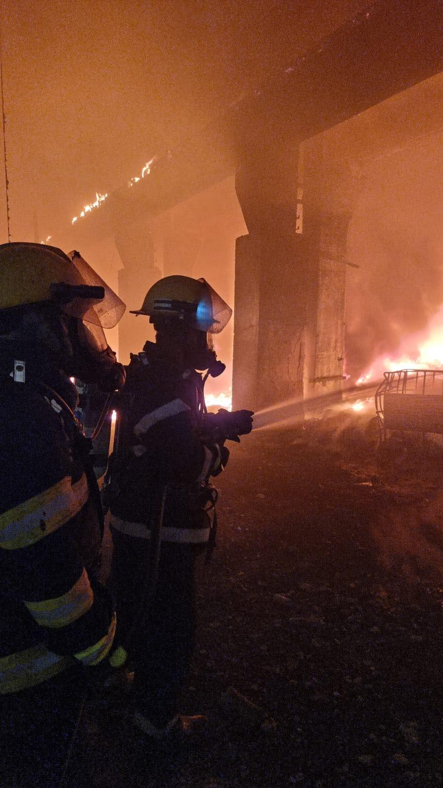 VIDEO – Primele imagini surprinse cu hala în flăcări, la Mija