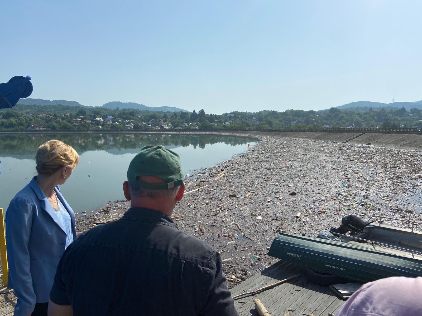 Barajul de la Pucioasa, sufocat de gunoaie, peturi şi lemne