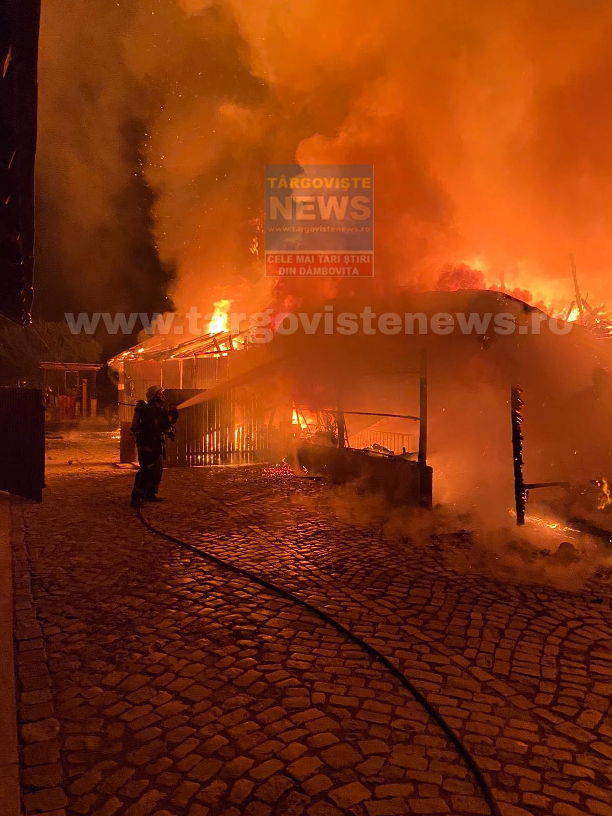 Incendiu de proporţii, la Odobeşti. Peste două ore de luptă cu flăcările