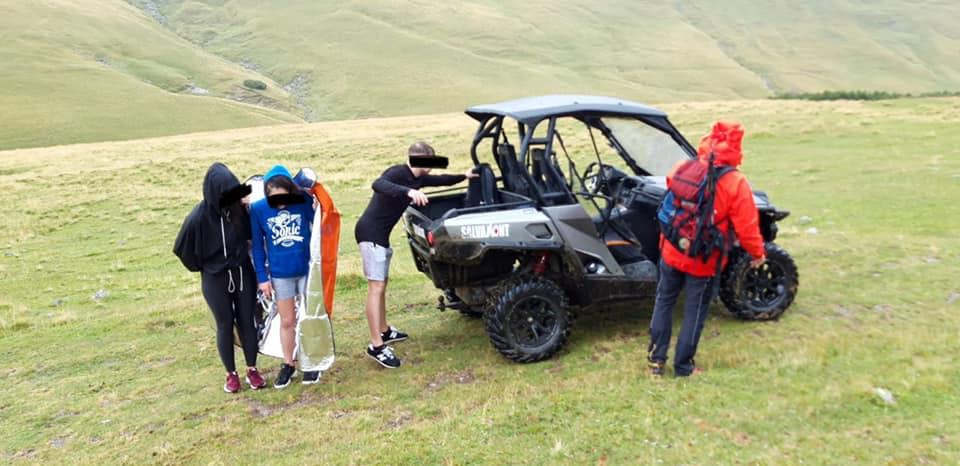 Trei turiști au ignorat avertizarea de vreme rea și s-au aventurat pe munte. Au cerut ajutorul salvamontiștilor