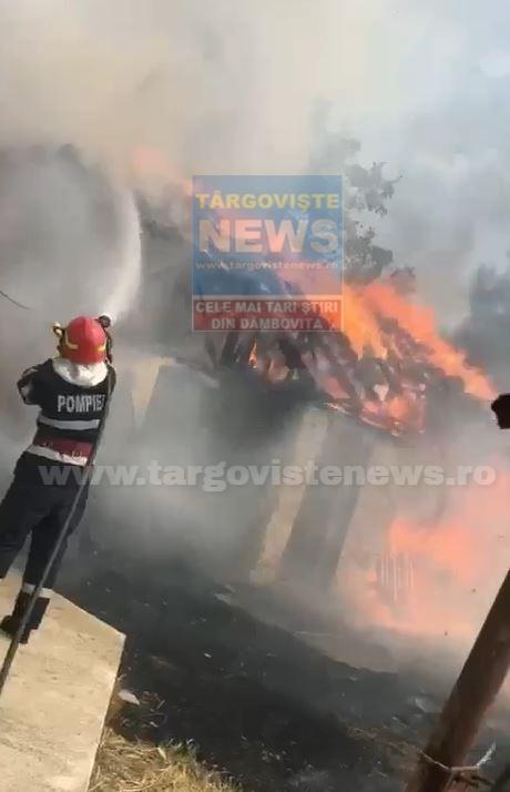 VIDEO – O casă din Vişina a ars din temelii, după ce o femeie a dat foc unor gunoaie în curte