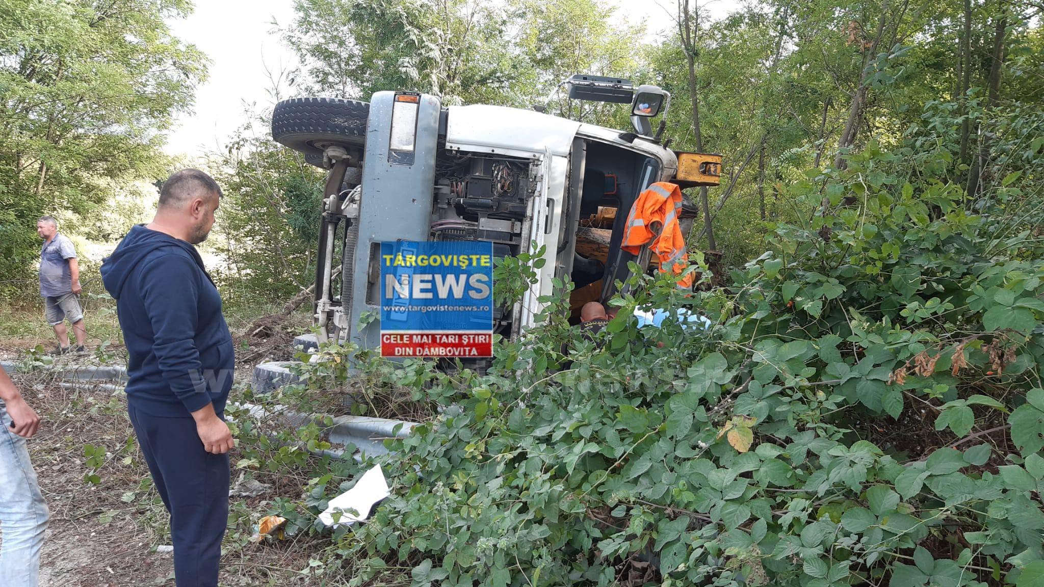 ACUM – O betonieră s-a răsturnat pe drumul de la Butoiu de Sus, în Hulubeşti. Şoferul, încarcerat