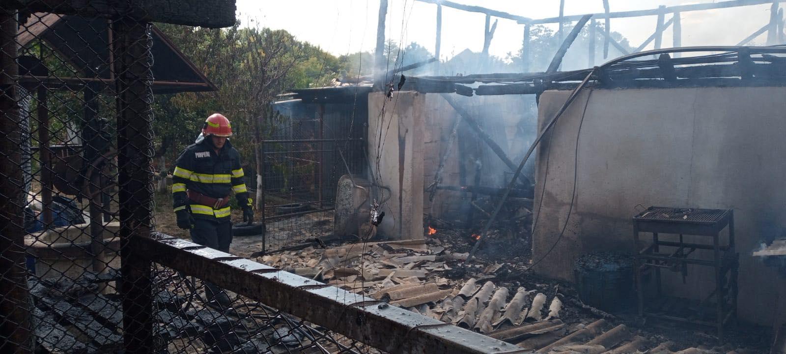 O casă a fost cuprinsă de flăcări, la Lucieni. Două persoane au suferit atac de panică