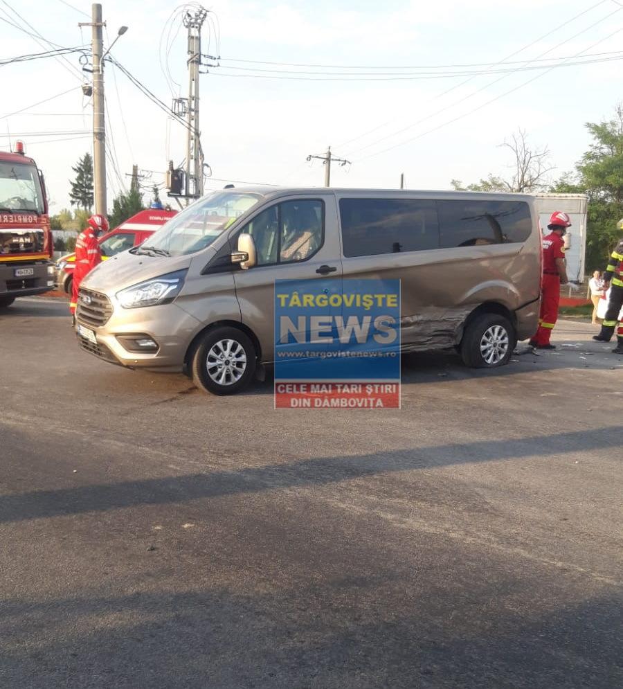 O mașină a intrat într-un microbuz, la Petrești. O pasageră a fost rănită