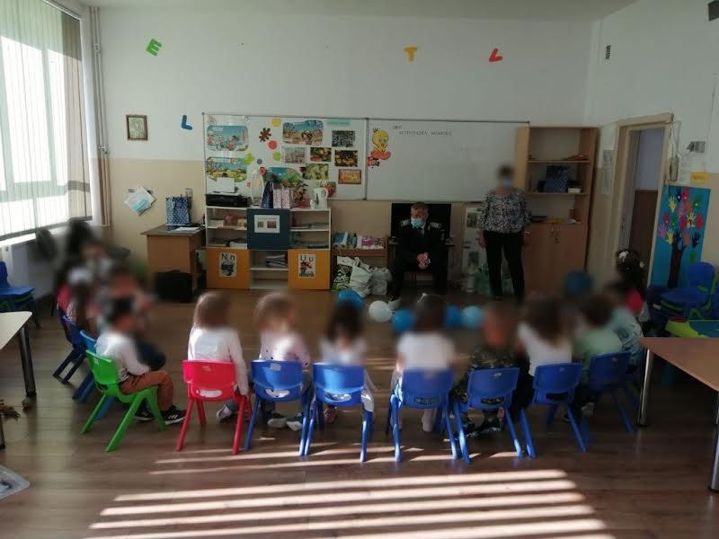 Poliţiştii dâmbovițeni, alături de elevi, la începutul noului an şcolar