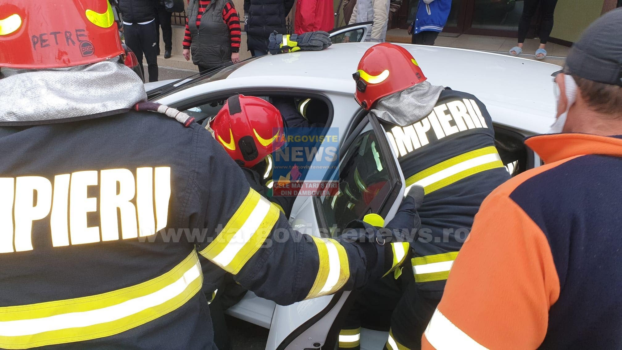 FOTO/VIDEO: Accident în Târgovişte. Două persoane sunt rănite, trei maşini, avariate