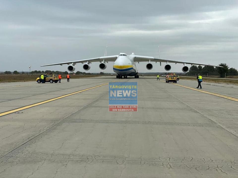 VIDEO – Cel mai mare avion din lume, Antonov 225, a aterizat pe Otopeni. Înălțimea e de șase etaje și e mare cât un stadion